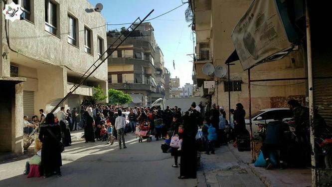 Hàng ngàn phiến quân Syria đầu hàng, di tản khỏi ngoại vi Damascus (video) ảnh 3
