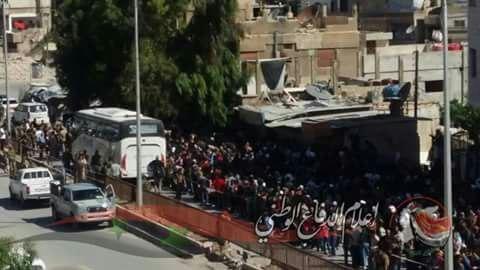 Hàng ngàn phiến quân Syria đầu hàng, di tản khỏi ngoại vi Damascus (video) ảnh 4