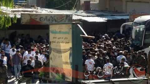 Hàng ngàn phiến quân Syria đầu hàng, di tản khỏi ngoại vi Damascus (video) ảnh 6