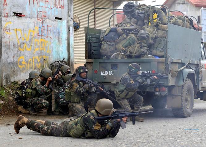 Quân đội Philippines giao chiến dữ dội với IS trong thành phố Mawavi (video) ảnh 2
