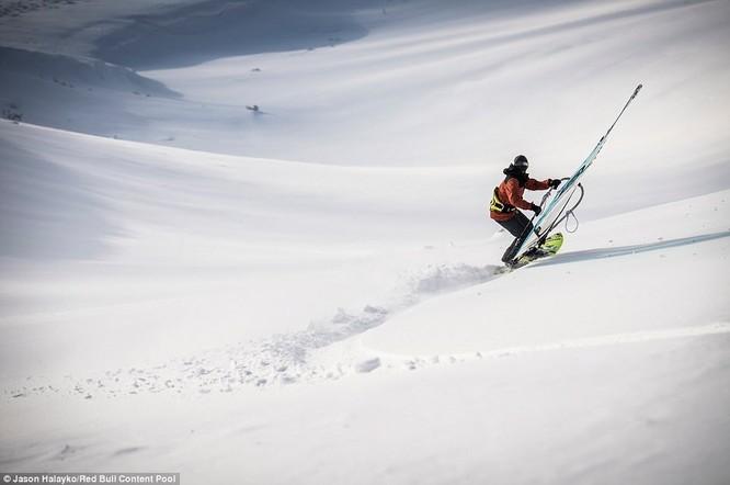 Dân mạng trầm trồ với màn trượt tuyết ngoạn mục đỉnh núi cao gần 2.000 m ảnh 1