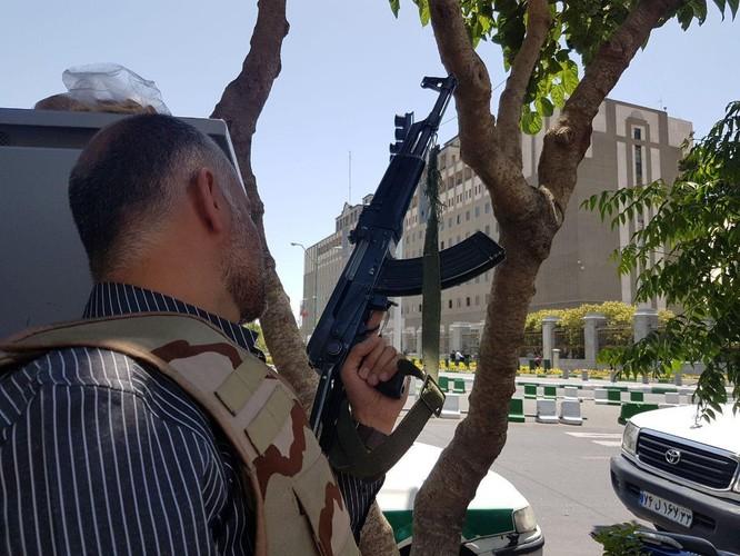 IS tấn công quốc hội và lăng mộ lãnh đạo Iran ảnh 1