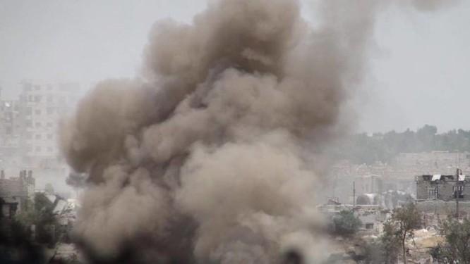 Quân đội Syria trút bão lửa vào hai căn cứ phiến quân ngoại vi Damascus ảnh 4