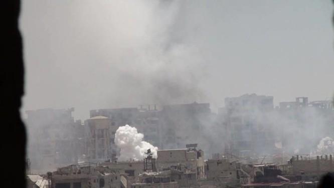 Quân đội Syria trút bão lửa vào hai căn cứ phiến quân ngoại vi Damascus ảnh 7