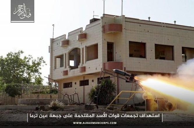 Phiến quân ngoại vi Damascus liều chết chống trả quân đội Syria ảnh 8
