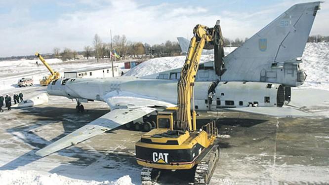 """Ukraine """"xẻ thịt"""" máy bay chiến lược, bán tháo công nghệ tên lửa ảnh 1"""