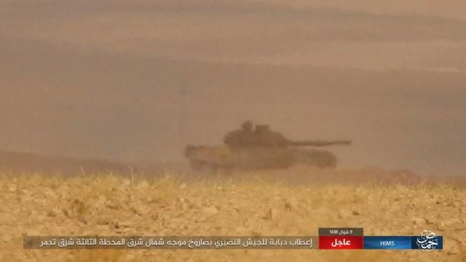 Khốc liệt cuộc chiến giải cứu Deir Ezzor, IS bắn cháy xe tăng Syria (chùm video) ảnh 1