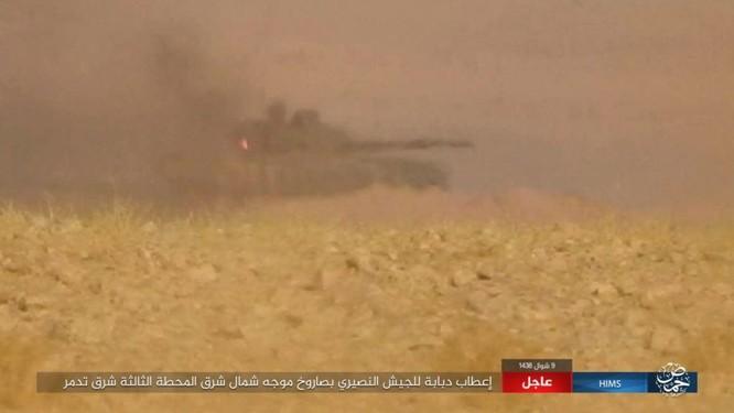 Khốc liệt cuộc chiến giải cứu Deir Ezzor, IS bắn cháy xe tăng Syria (chùm video) ảnh 2