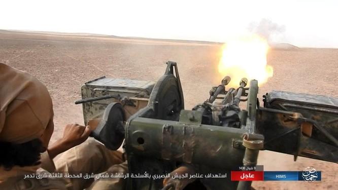 Khốc liệt cuộc chiến giải cứu Deir Ezzor, IS bắn cháy xe tăng Syria (chùm video) ảnh 4