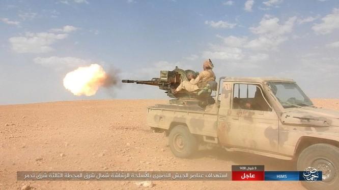 Khốc liệt cuộc chiến giải cứu Deir Ezzor, IS bắn cháy xe tăng Syria (chùm video) ảnh 5