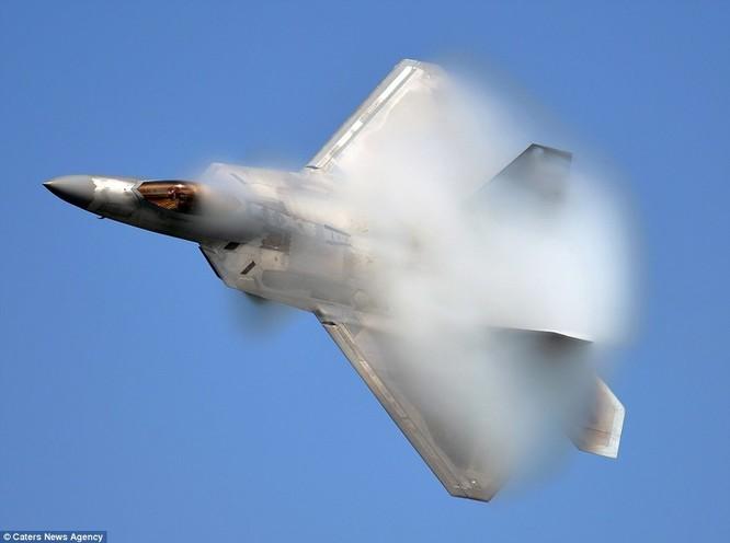 Mãn nhãn F-22 khoe kỹ năng bay siêu cấp ảnh 2