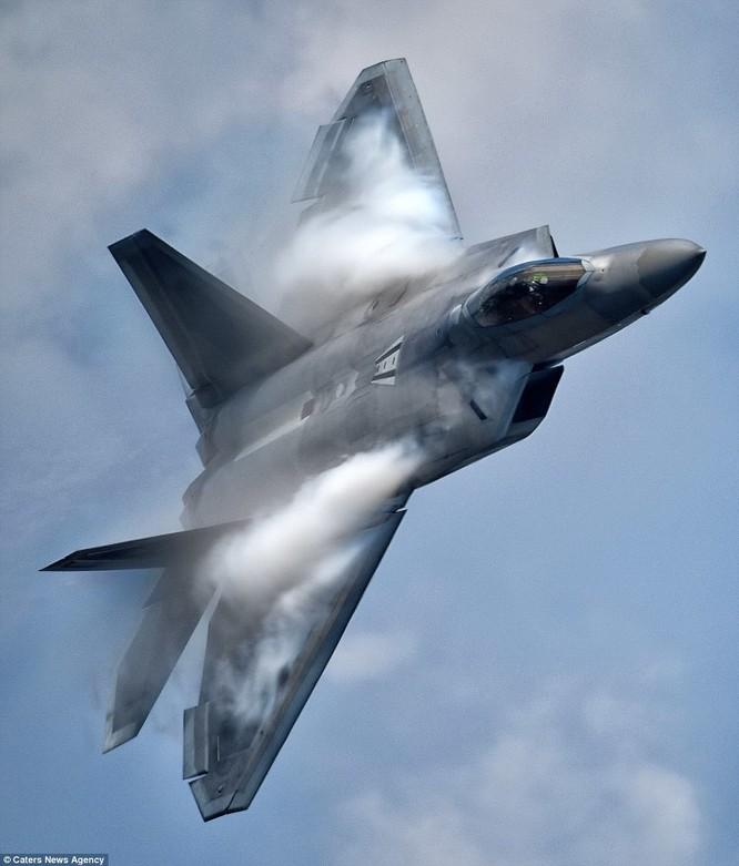 Mãn nhãn F-22 khoe kỹ năng bay siêu cấp ảnh 6