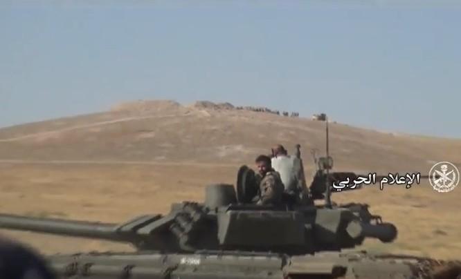 """""""Diều hâu Sa mạc"""" dồn dập tấn công, chiếm hàng chục cứ điểm IS ở Hama (video) ảnh 2"""
