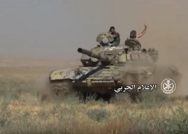"""""""Diều hâu Sa mạc"""" dồn dập tấn công, chiếm hàng chục cứ điểm IS ở Hama (video) ảnh 3"""