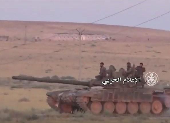 """""""Diều hâu Sa mạc"""" dồn dập tấn công, chiếm hàng chục cứ điểm IS ở Hama (video) ảnh 4"""