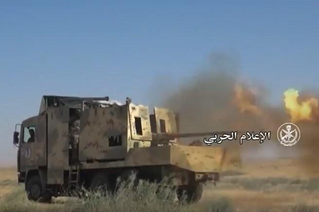 """""""Diều hâu Sa mạc"""" dồn dập tấn công, chiếm hàng chục cứ điểm IS ở Hama (video) ảnh 5"""