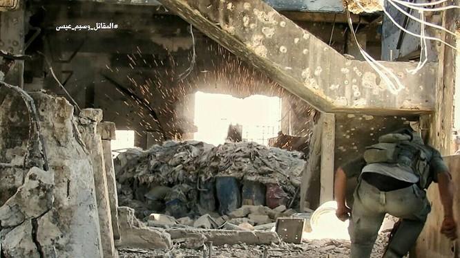 Quân đội Syria tấn công dữ dội cứ địa thánh chiến ngoại ô Damascus (video) ảnh 19