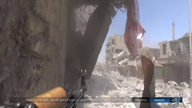 IS tung 7 xe bom tự sát đánh chặn người Kurd tại tử địa Raqqa (video) ảnh 2