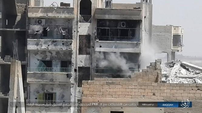 IS tung 7 xe bom tự sát đánh chặn người Kurd tại tử địa Raqqa (video) ảnh 3