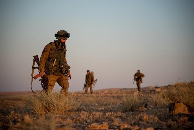 """Quân """"Săn IS"""" Syria nã tên lửa san phẳng chỉ huy sở phiến quân tại Homs ảnh 1"""