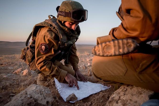 """Quân """"Săn IS"""" Syria nã tên lửa san phẳng chỉ huy sở phiến quân tại Homs ảnh 3"""