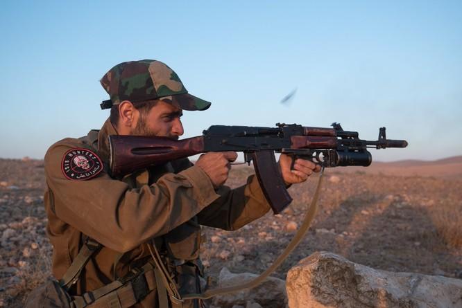"""Quân """"Săn IS"""" Syria nã tên lửa san phẳng chỉ huy sở phiến quân tại Homs ảnh 4"""