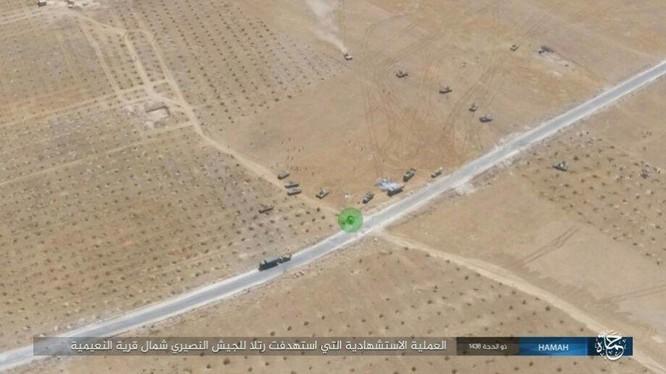 """Xe tăng Syria """"thổi bay"""" xe bom tự sát IS chỉ cách vài mét ảnh 1"""