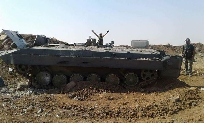 Quân Syria giáng đòn hủy diệt tăng thiết giáp phiến quân tại Hama (video) ảnh 1