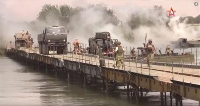 Nga lập cầu dã chiến tiếp vận quân đội Syria đánh IS ở Deir Ezzor ảnh 1