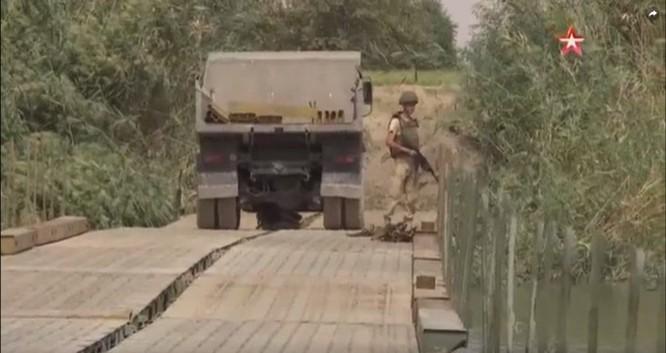 Nga lập cầu dã chiến tiếp vận quân đội Syria đánh IS ở Deir Ezzor ảnh 5