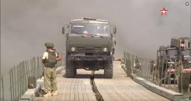 Nga lập cầu dã chiến tiếp vận quân đội Syria đánh IS ở Deir Ezzor ảnh 6