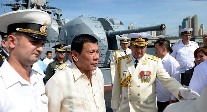 Nga và Philippines ký hợp đồng mua bán vũ khí, tặng 5.000 súng AK ảnh 1