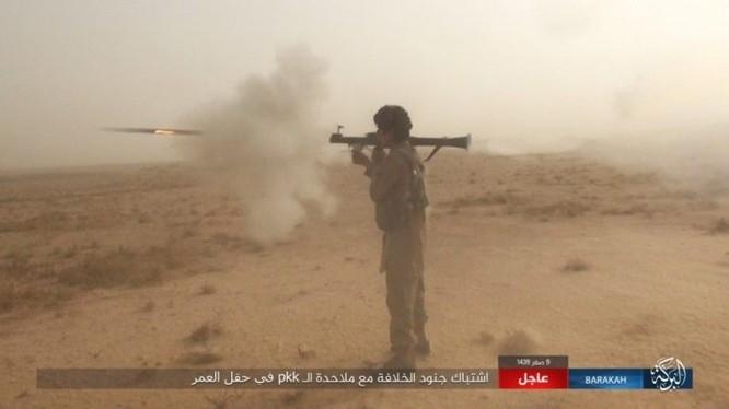 """IS bất ngờ """"trở giáo"""" tung đòn đánh người Kurd tại mỏ dầu chiến lược Al-Omar ảnh 6"""