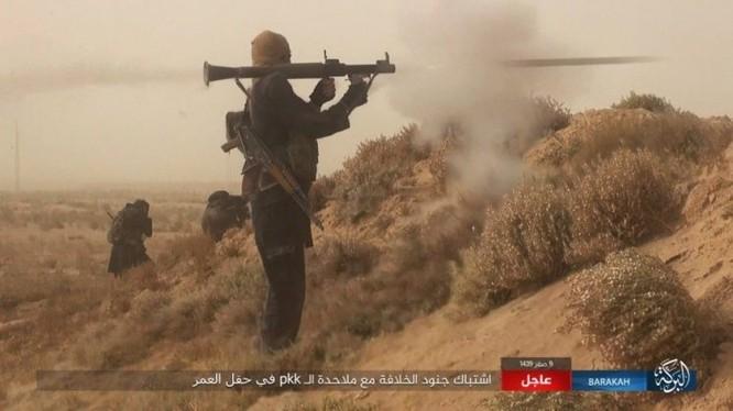"""IS bất ngờ """"trở giáo"""" tung đòn đánh người Kurd tại mỏ dầu chiến lược Al-Omar ảnh 8"""