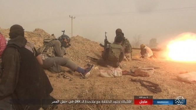 """IS bất ngờ """"trở giáo"""" tung đòn đánh người Kurd tại mỏ dầu chiến lược Al-Omar ảnh 9"""