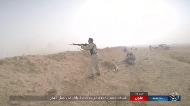 """IS bất ngờ """"trở giáo"""" tung đòn đánh người Kurd tại mỏ dầu chiến lược Al-Omar ảnh 12"""