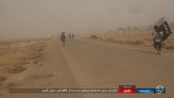 """IS bất ngờ """"trở giáo"""" tung đòn đánh người Kurd tại mỏ dầu chiến lược Al-Omar ảnh 13"""