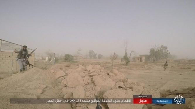 """IS bất ngờ """"trở giáo"""" tung đòn đánh người Kurd tại mỏ dầu chiến lược Al-Omar ảnh 15"""