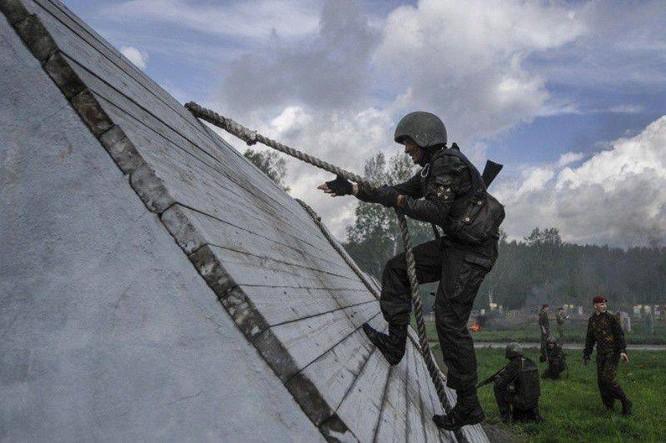 """Nghẹt thở xem Nga rèn lính đặc nhiệm """"mũ đỏ"""" (ảnh - video) ảnh 2"""