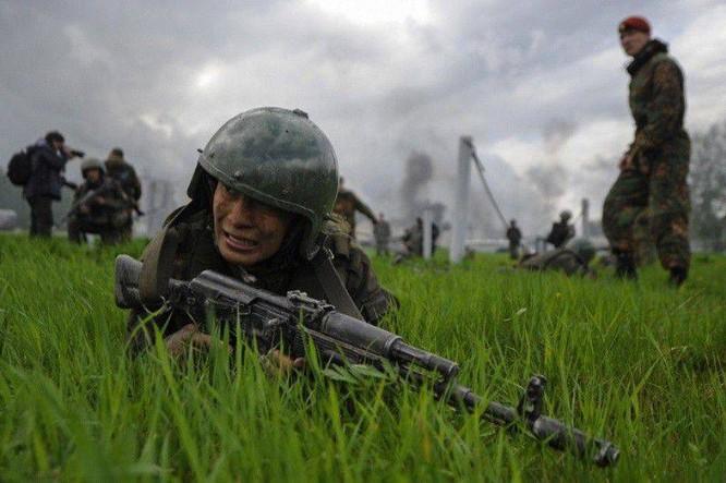 """Nghẹt thở xem Nga rèn lính đặc nhiệm """"mũ đỏ"""" (ảnh - video) ảnh 5"""