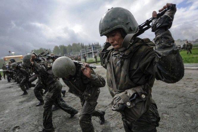 """Nghẹt thở xem Nga rèn lính đặc nhiệm """"mũ đỏ"""" (ảnh - video) ảnh 6"""