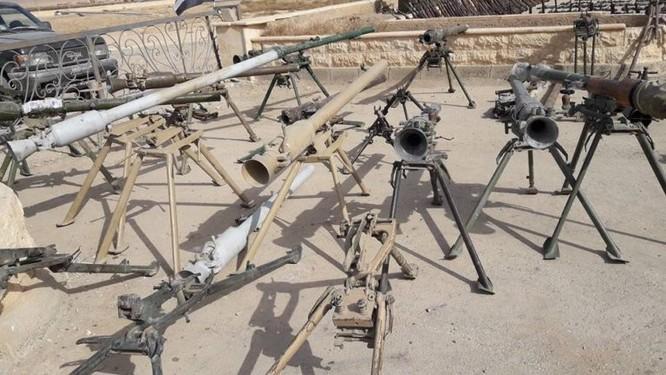 Quân đội Syria trưng bày chiến lợi phẩm sau khi kết liễu IS tại Deir Ezzor (video) ảnh 2
