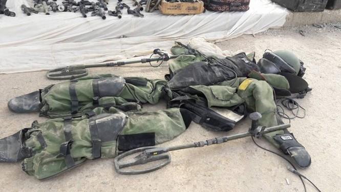 Quân đội Syria trưng bày chiến lợi phẩm sau khi kết liễu IS tại Deir Ezzor (video) ảnh 5