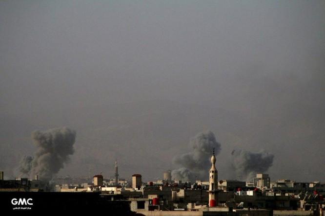 Quân đội Syria đánh phá dữ dội phiến quân cố thủ ven Damascus (video) ảnh 3