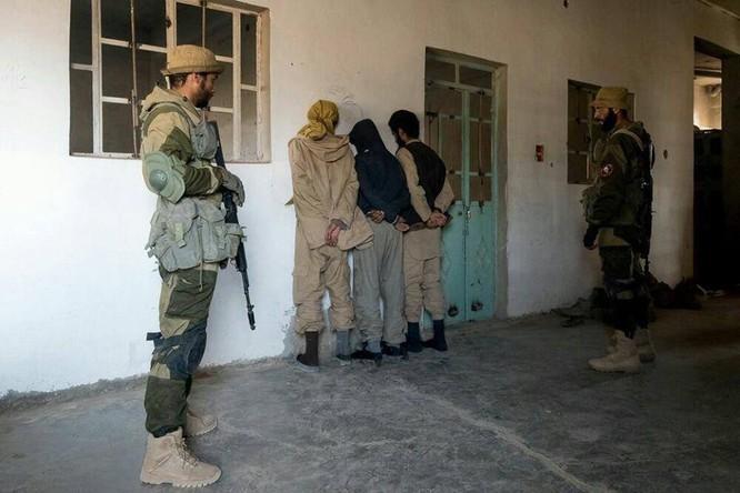 """Chiến sự Syria: Đặc nhiệm """"Săn IS"""" bắt sống 250 phiến quân IS ảnh 10"""