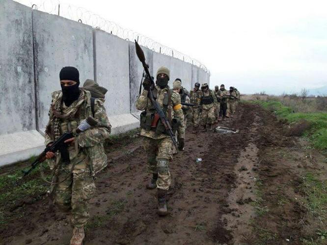 Thổ Nhĩ Kỳ tung đòn dữ dội, người Kurd Syria trả đũa bằng tên lửa, bắn hạ xe tăng ảnh 2