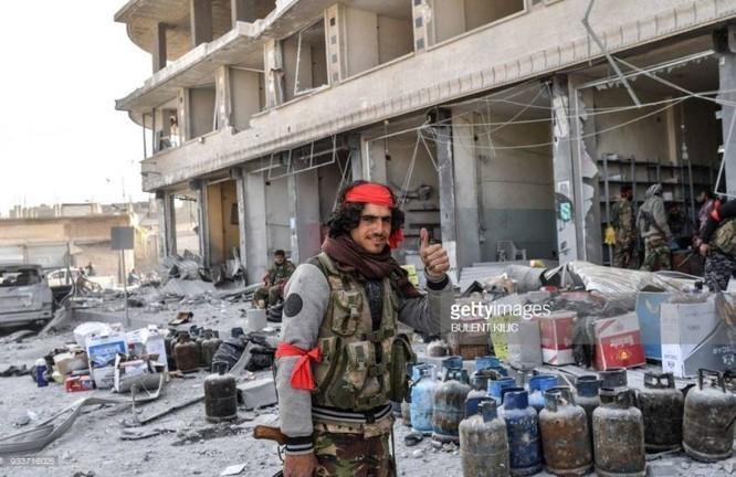 Thổ Nhĩ Kỳ chiếm thành phố Syria, quân Hồi giáo cực đoan cướp phá thủ phủ người Kurd ảnh 6