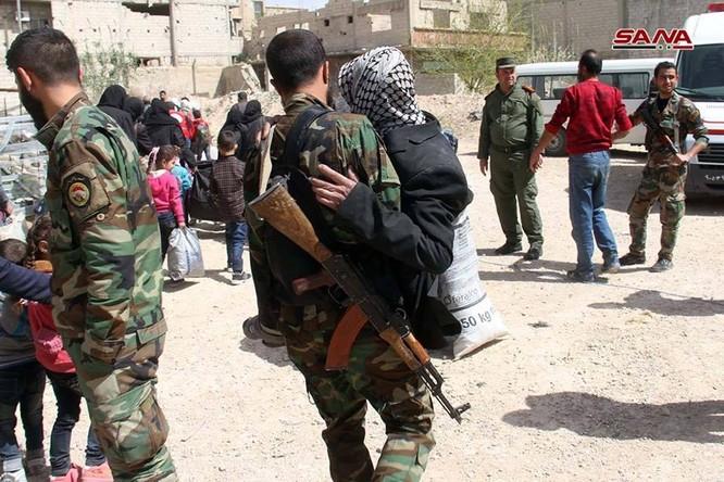 Phe thánh chiến đầu hàng lũ lượt di tản về Idlib, quân đội Syria tiến vào tiếp quản Đông Ghouta ảnh 2