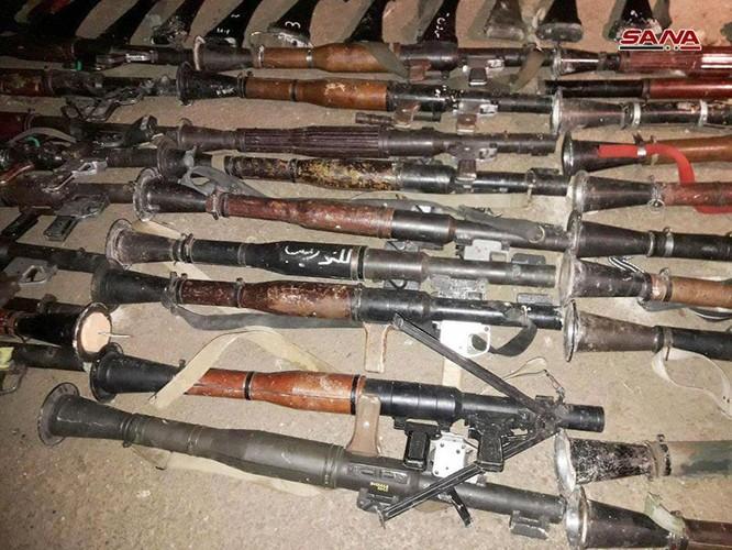 Nhóm thánh chiến cố thủ Đông Ghouta ồ ạt đầu hàng, giao nộp vũ khí cho quân đội Syria ở Douma ảnh 1