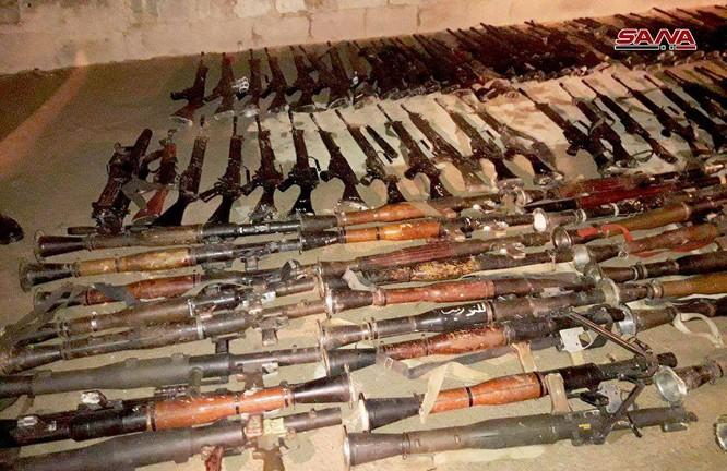 Nhóm thánh chiến cố thủ Đông Ghouta ồ ạt đầu hàng, giao nộp vũ khí cho quân đội Syria ở Douma ảnh 3
